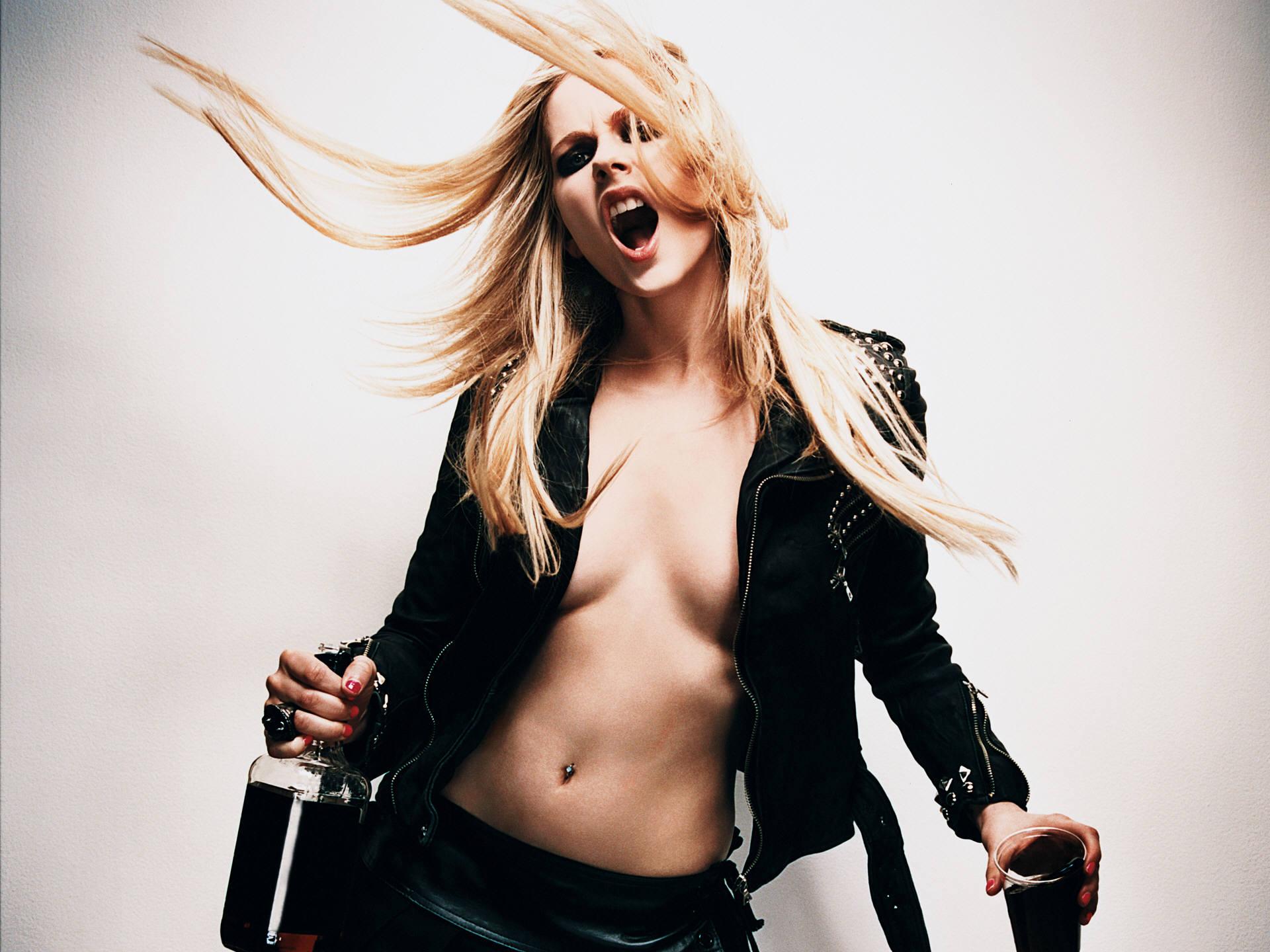Фото Голая Avril Lavigne (Аврил Лавин) позирует на фото сессии перед
