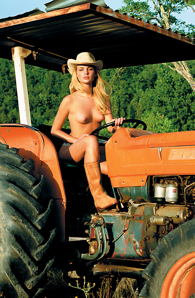 devushka-i-traktor-golaya